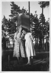 Nuoret naiset Nuorisoseuran muistomerkillä 1950-luvulla. Kuva: Maija Vuorion albumista