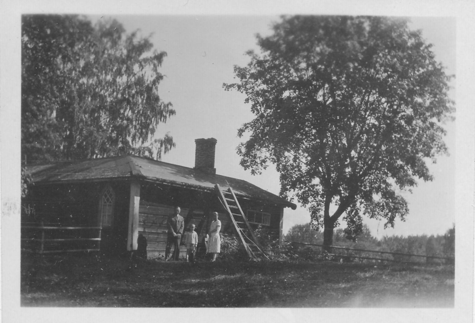 Strönbergin perhettä mökkinsä edustalla Vääksyssä 1927-1928. Kuva: Frithjof Corner