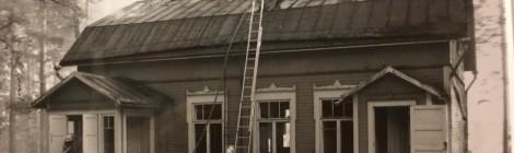 Hopun talon poltti palokunta harjoitustyönään tuhopolttoyrityksen jälkeen. Kuva: Ari Myllylä